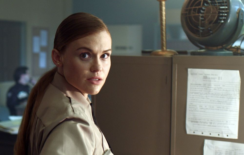(L-R) Holland Roden in Daniel Farrands' TED BUNDY: AMERICAN BOOGEYMAN | PHOTO CREDIT: Dark Star Pictures/Voltage Pictures